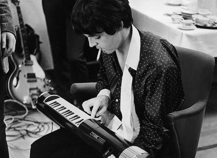 Foto di Robert Whitaker - Paul McCartney alle prese con un tubon