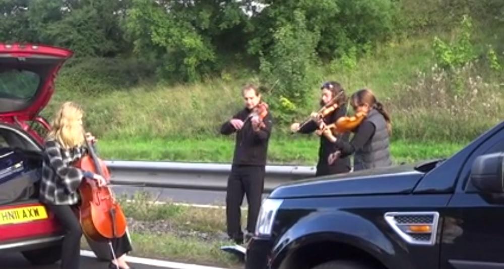 Un quartetto d'archi ha improvvisato un concerto in autostrada, durante un ingorgo