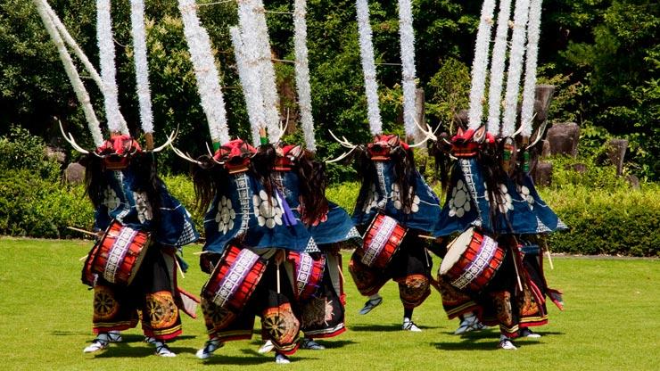 foto di Hiro Ugaya - Un gruppo di shishi-odori danzano