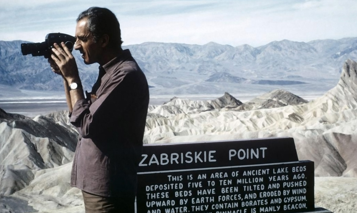 immagine via neuramagazine.com - Michelangelo Antonioni sul set di Zabriskie Point