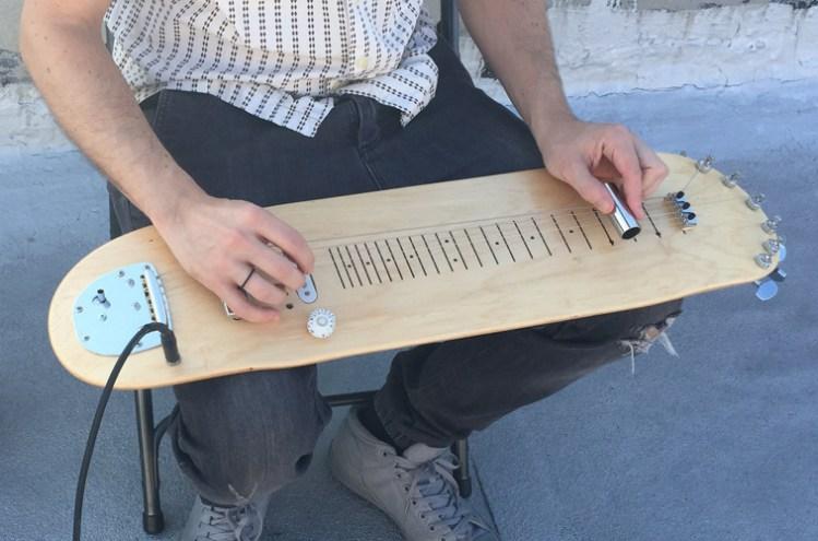 chitarra steel fatta da uno skateboard