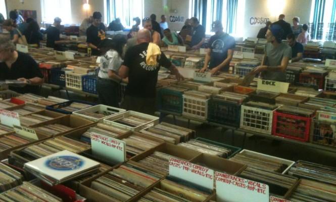 foto via The Vinyl Factory - Cataste di dischi a prezzi sovietici