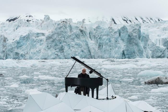 foto via ansa.it - Ludovico Einaudi tra i ghiacci di Wahlenbergbreen