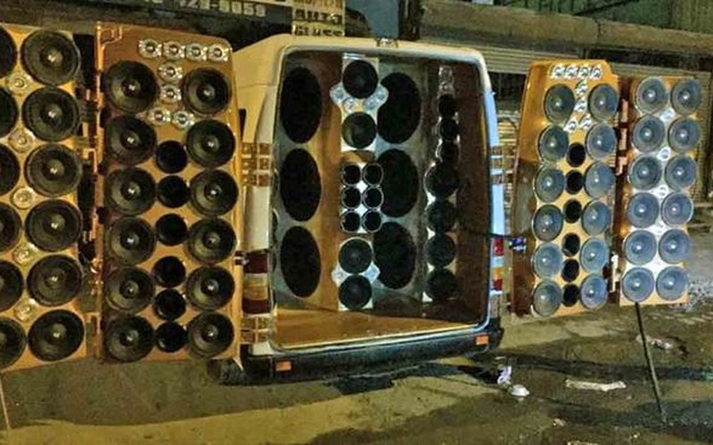 Foto via stoneyroads.com - 80-speakers-van