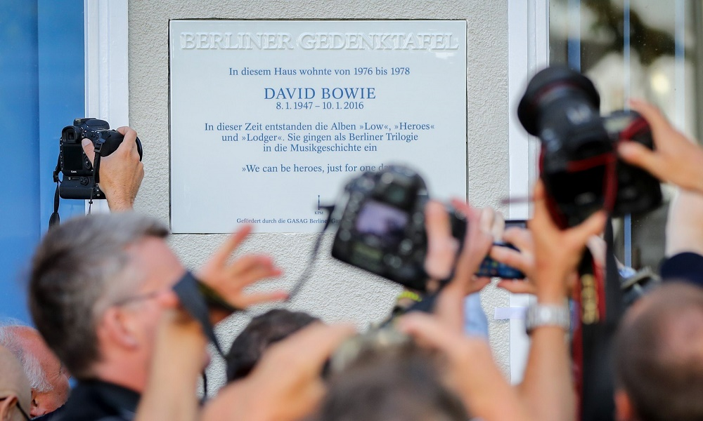 foto di Kay Nietfeld/AP, via theguardian.com - Targa commemorativa David Bowie Berlino