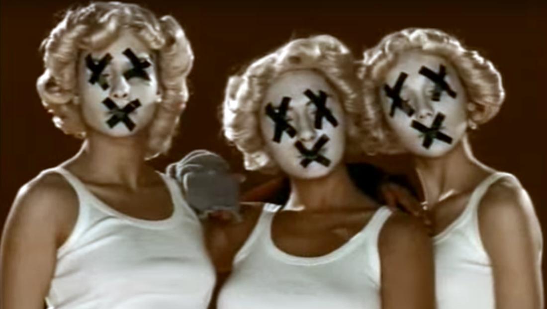 Una scena dal clip di Applausi per Fibra -