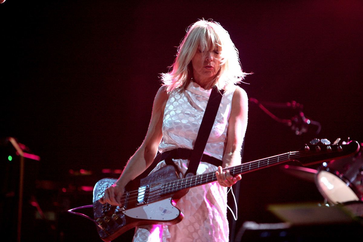 Kim Gordon dei Sonic Youth al Rock En Sein - kim gordon sonic youth playling bass
