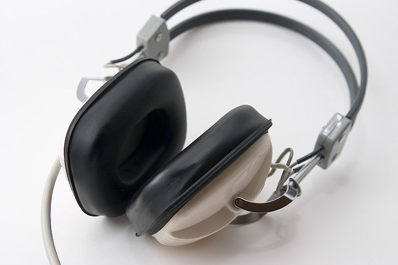 via wikimedia.org - cuffie ascolto musica