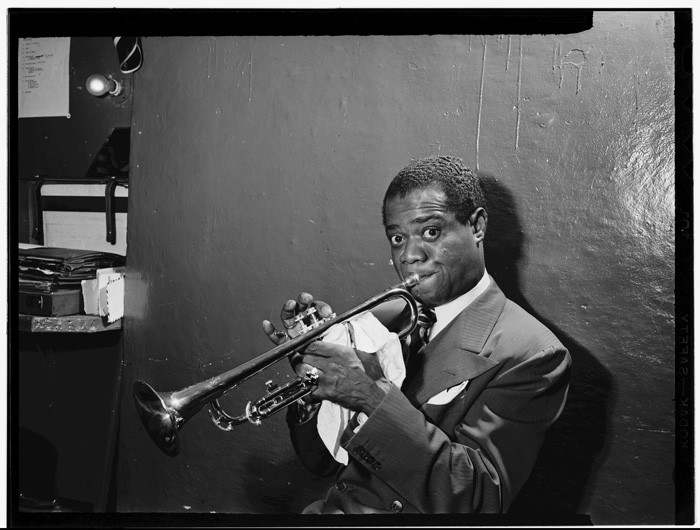1600 foto dei più importanti jazzisti di sempre, tutte in free download ad altissima definizione - Louis Armstrong, ph: William P. Gottlieb