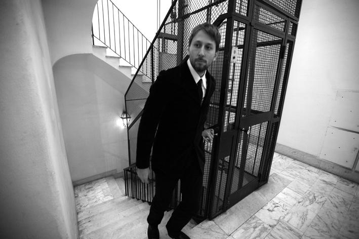 Novità per Fabri Fibra: il nuovo disco Guerra e pace uscirà a gennaio, mentre tra pochi giorni arriverà il nuovo singolo L'italiano balla prodotto dai Crookers