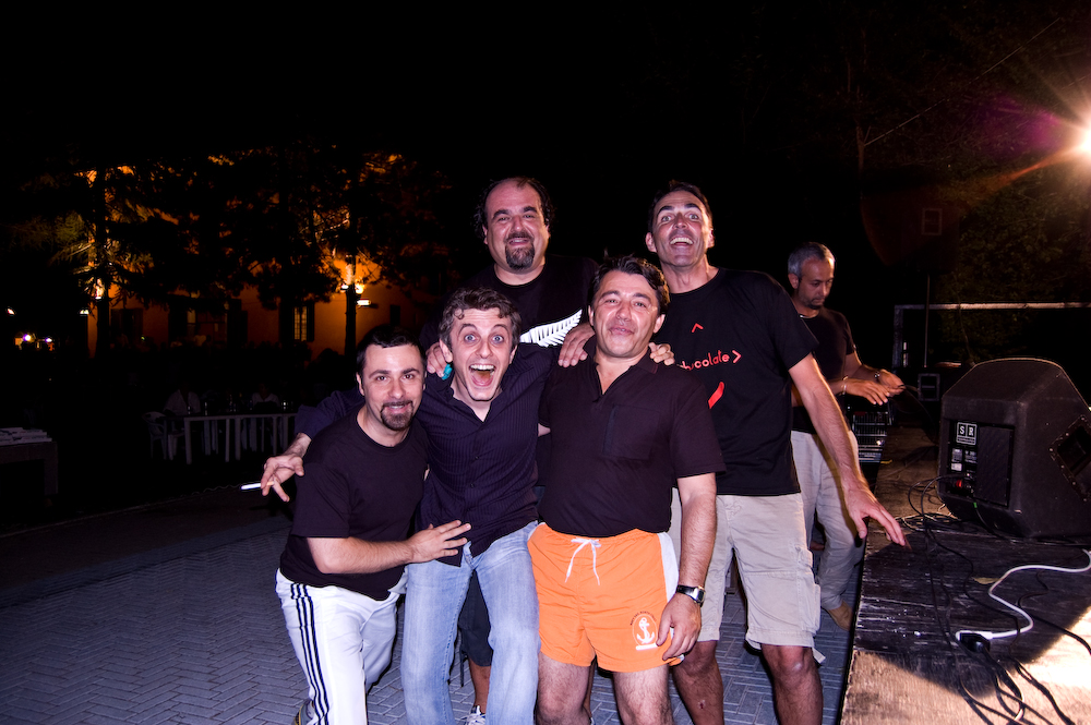 Wandrè durante una performance artistica in Piazza Lenin a Cavriago - Wandrè durante una performance artistica in Piazza Lenin a Cavriago