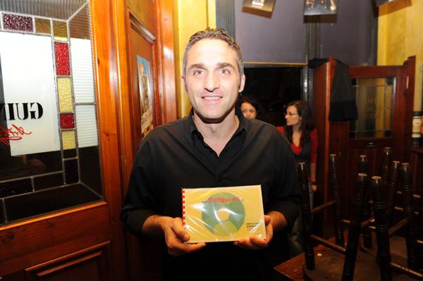 Pino Daniele in studio con Massimo Troisi, via bemagazine.tv - Pino Daniele Massimo Toisi