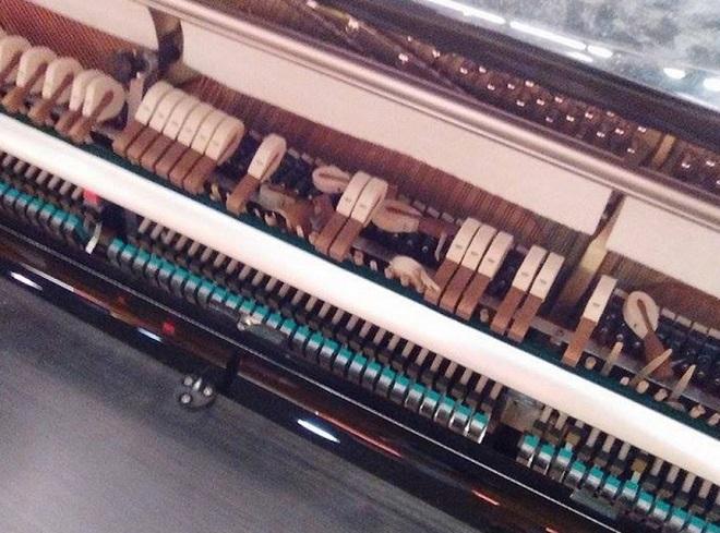 I martelletti distrutti del pianoforte pubblico di Milano Centrale