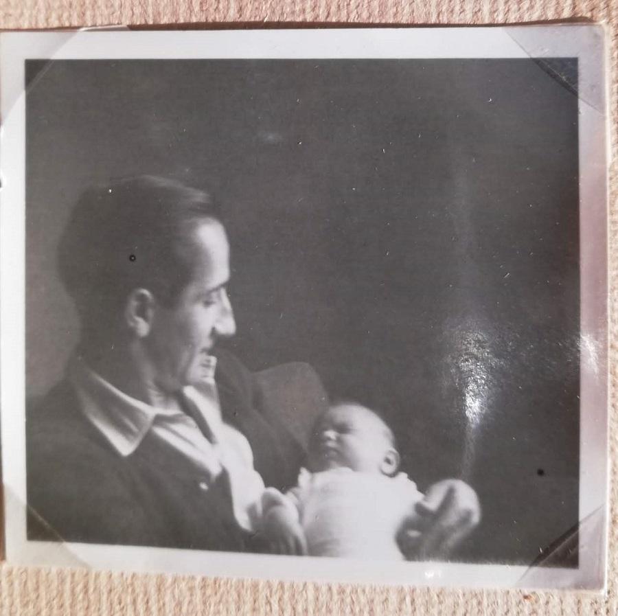 Vladimir Strobol con la figlia appena nata.