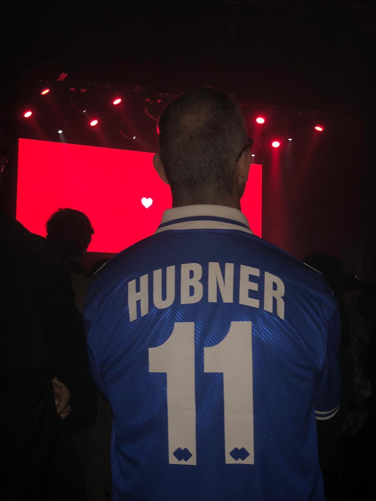 Un fan di Calcutta al suo concerto parigino indossa una maglia di Hübner
