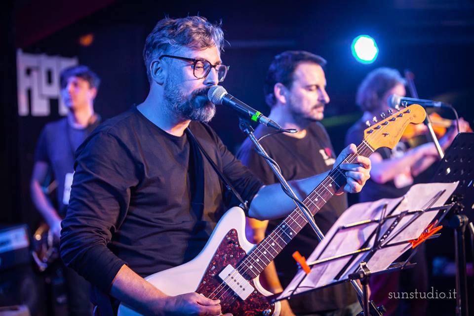 Brunori Sas durante il tributo agli Offlaga Disco Pax nella finale del 2018