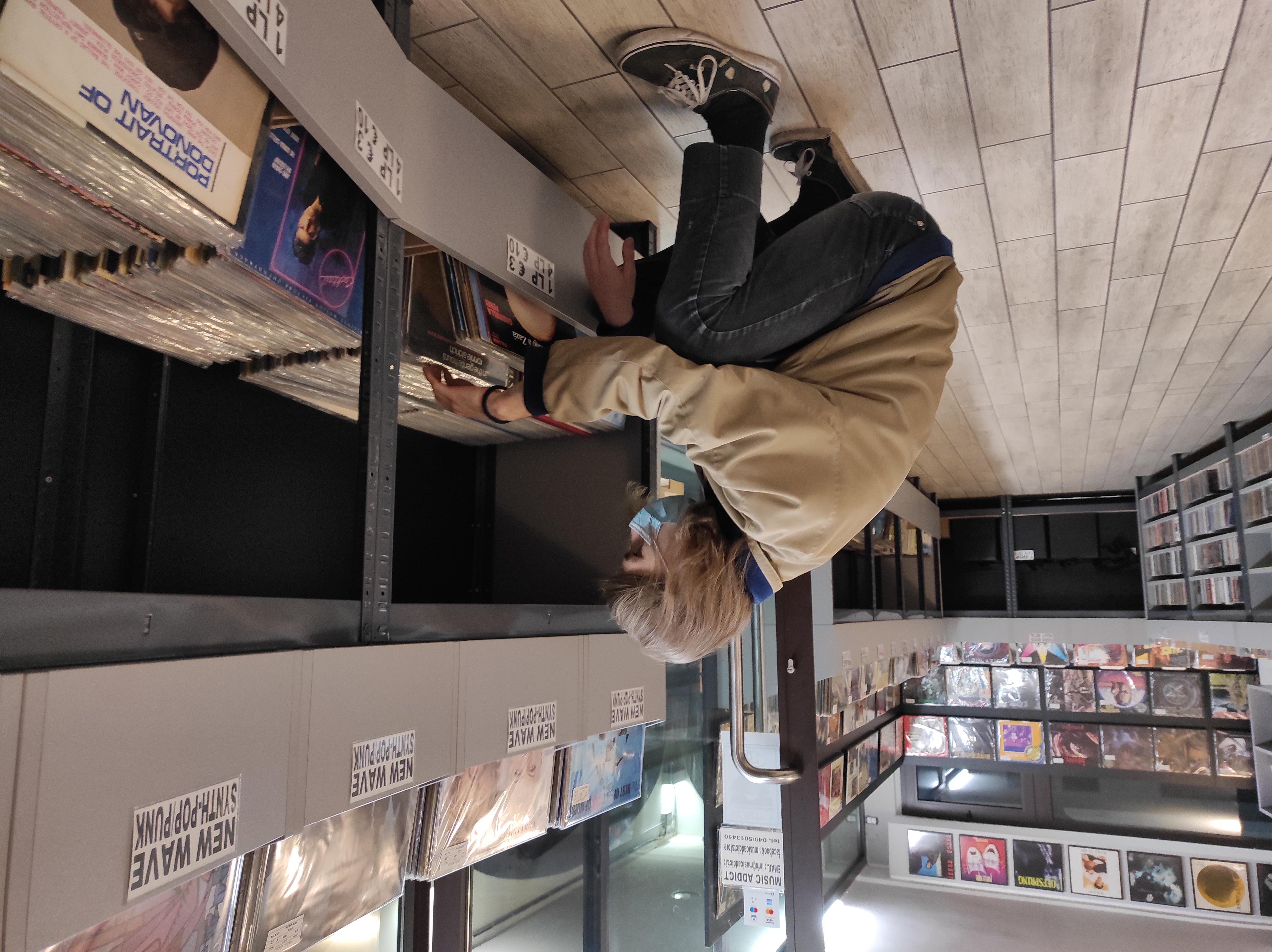 Carlo mentre fruga tra i dischi