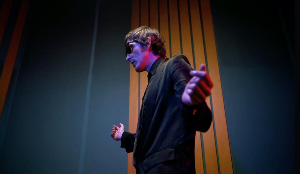 Gianluca de Rubertis, giacca e occhiali, profilo a mezzobusto