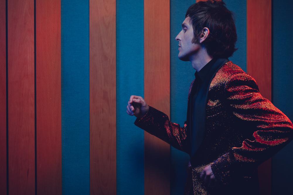 Gianluca de Rubertis, giacca scintillante, profilo a mezzobusto