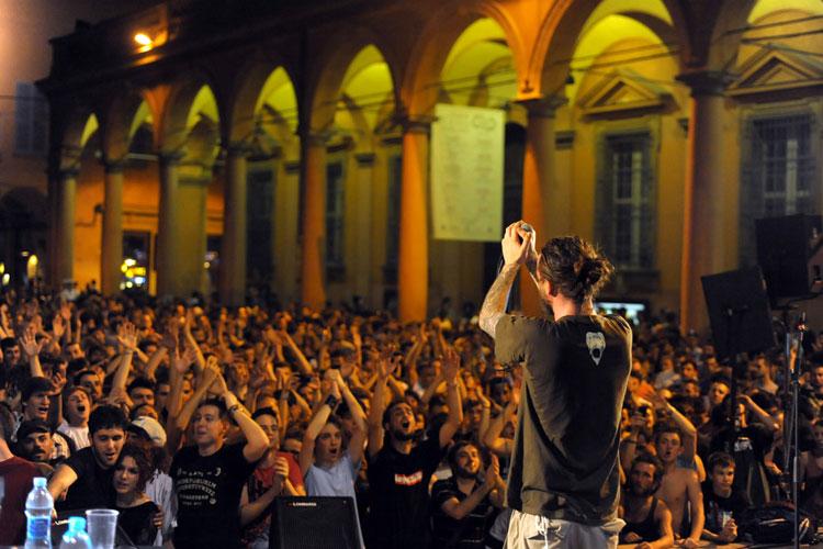 Kaos in piazza Verdi a Bologna, evento organizzato da Original Cultures