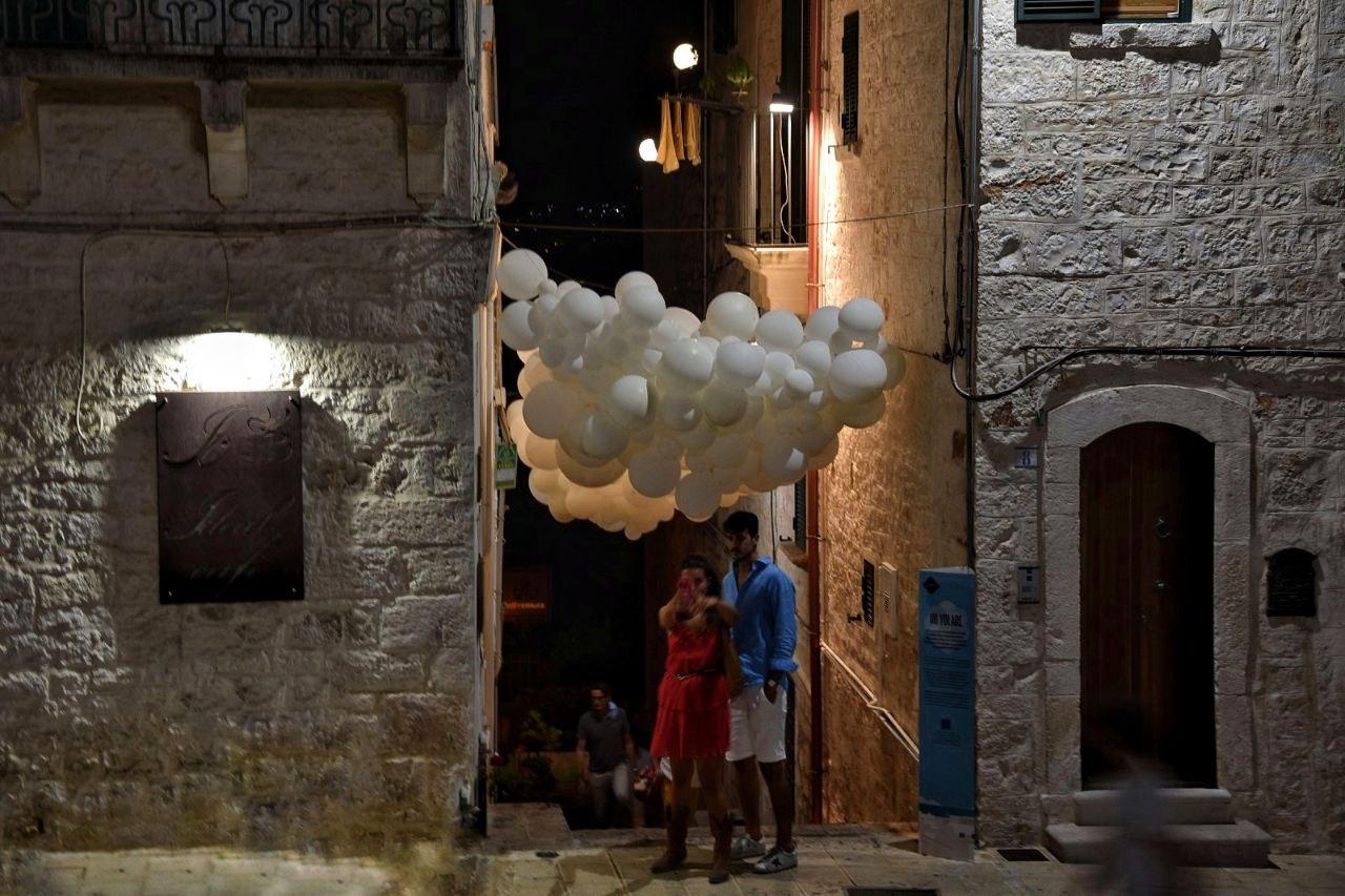 Installazione tra le vie di Cisternino - foto di Valeria Baccaro