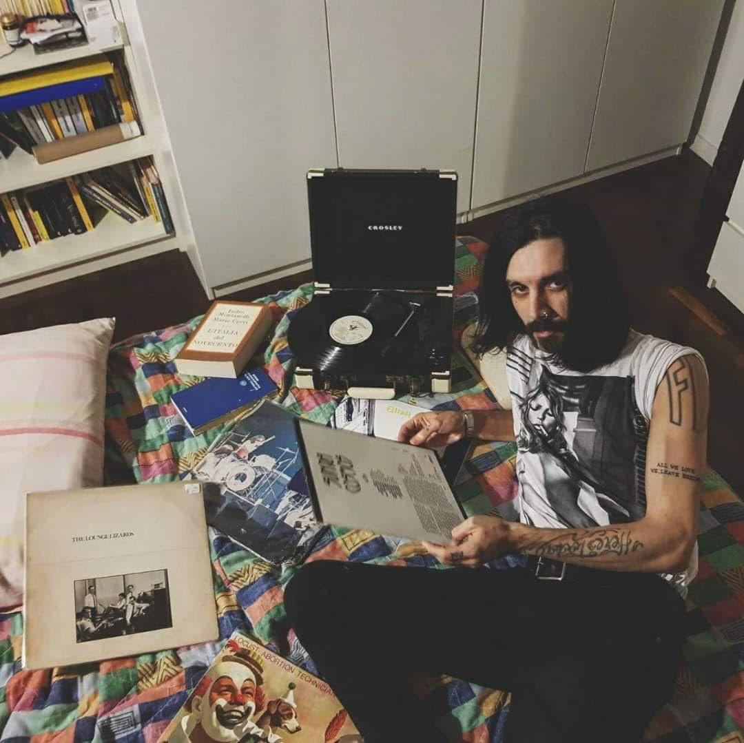 Karim Qqru con i suoi dischi