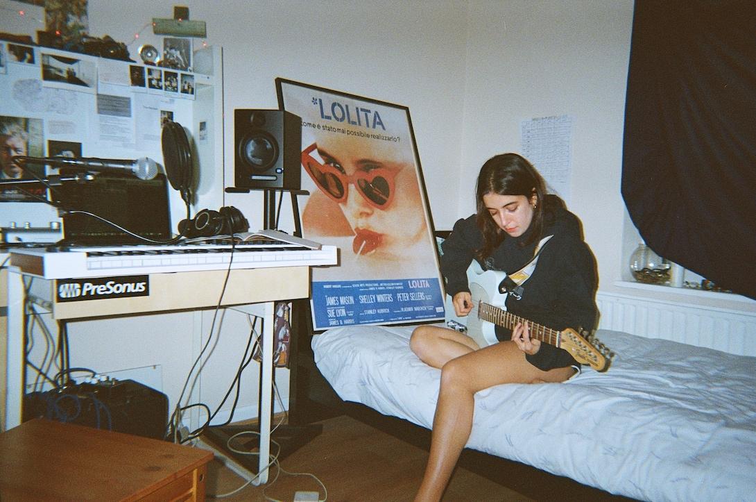 Bluem nella sua cameretta, con la sua chitarra, a Londra