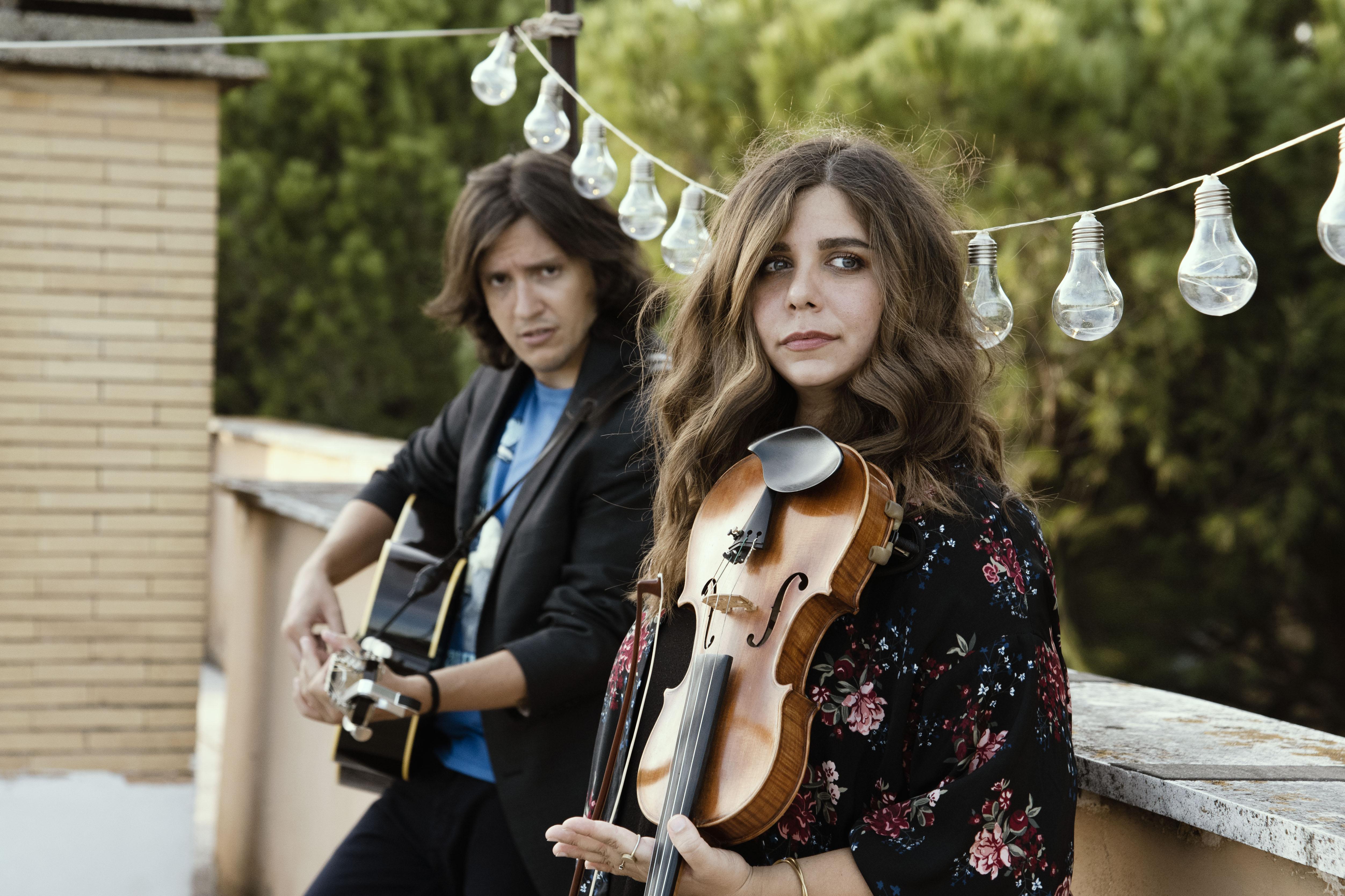 Alex alla chitarra e Sara al violino