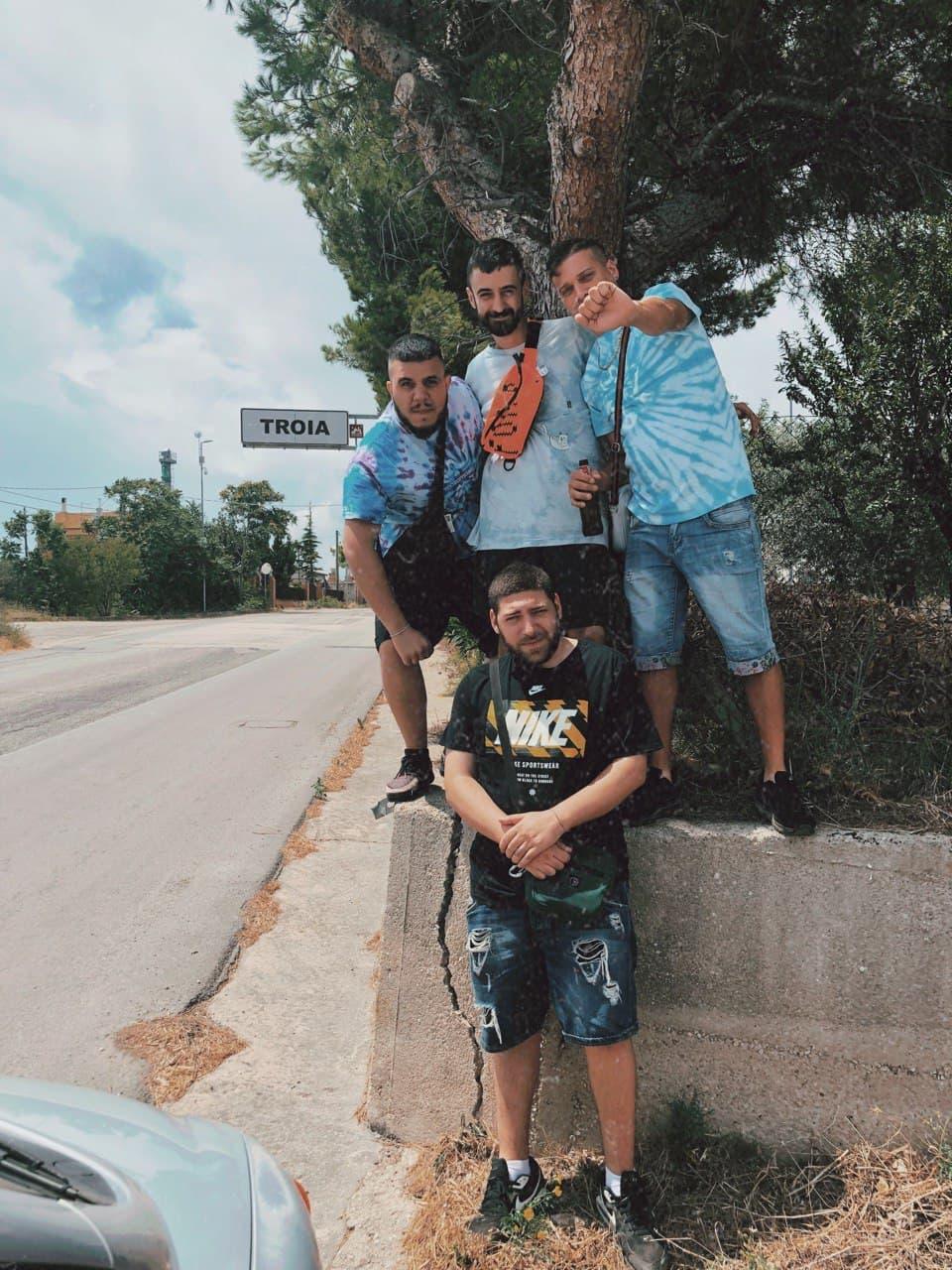 Frank, Speranza, Pablo e Barracano in un luogo dall'alto valore simbolico