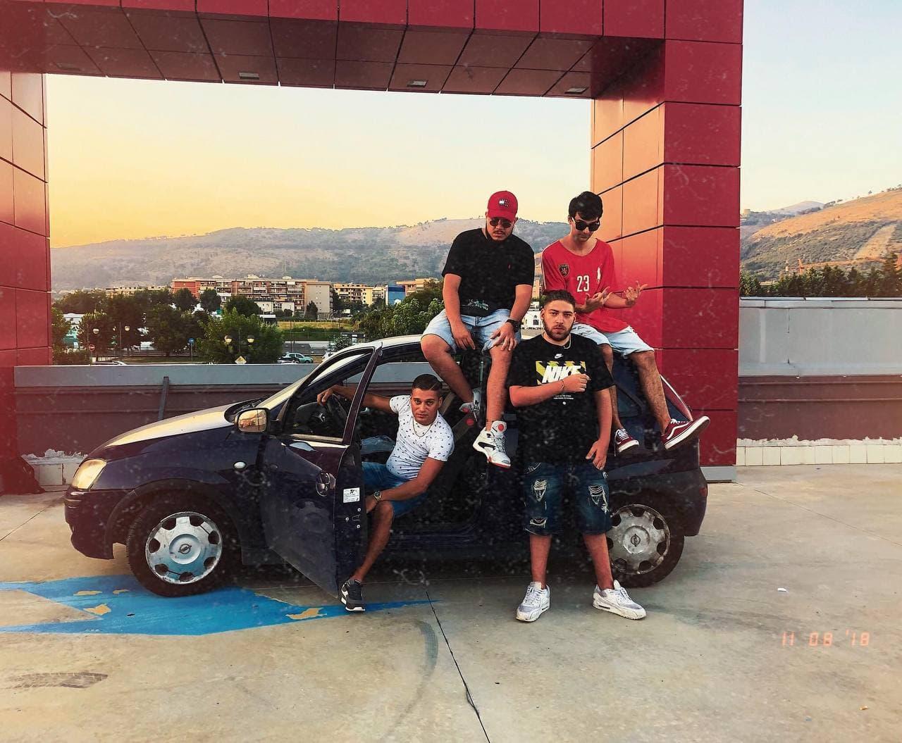 Un viaggio lunghissimo (in realtà è a Caserta, a 300 metri da casa di Paolo): da sinistra Speranza, Pablo, Barracano e Frank