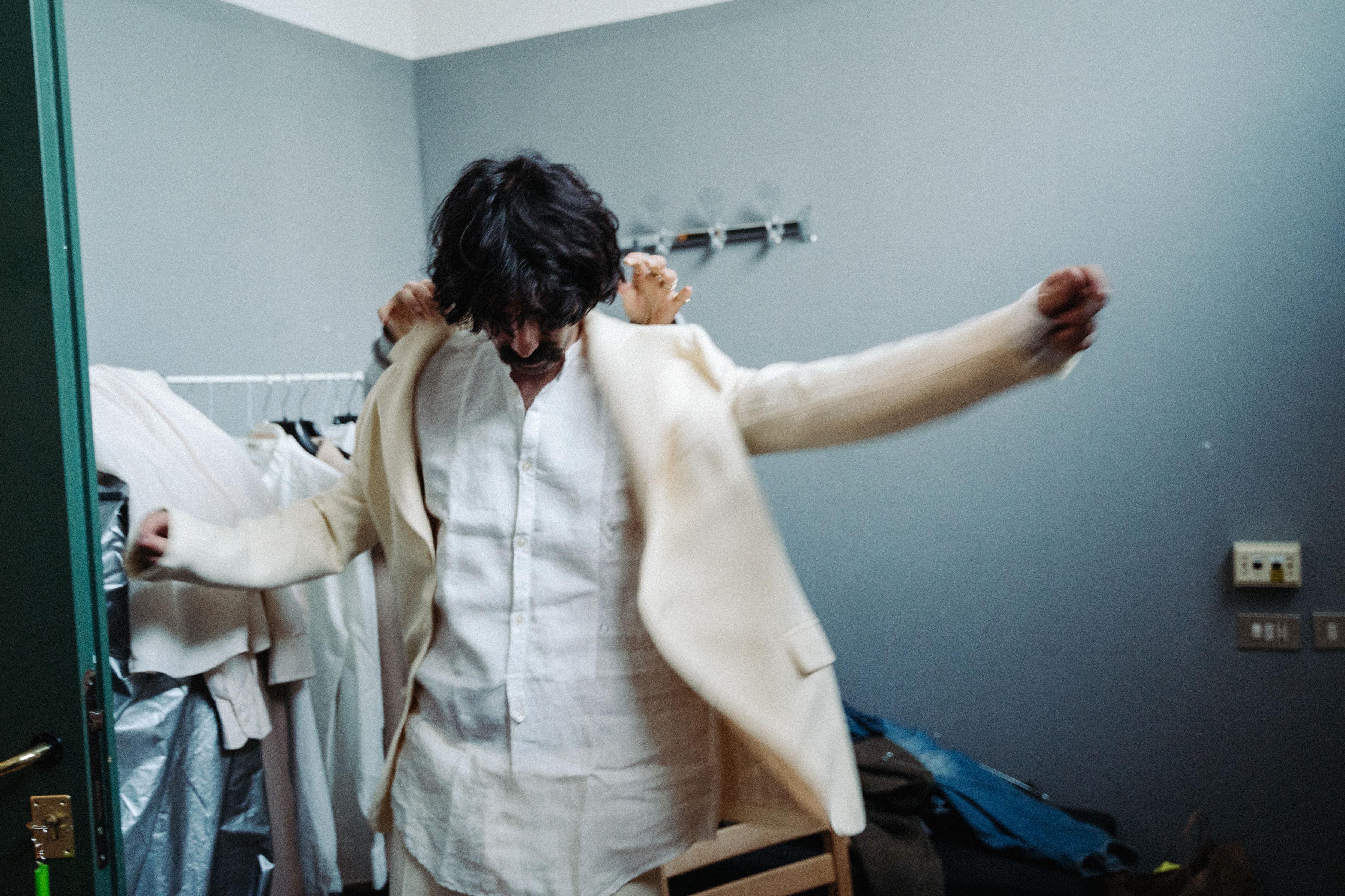 Andrea mentre prova l'abito