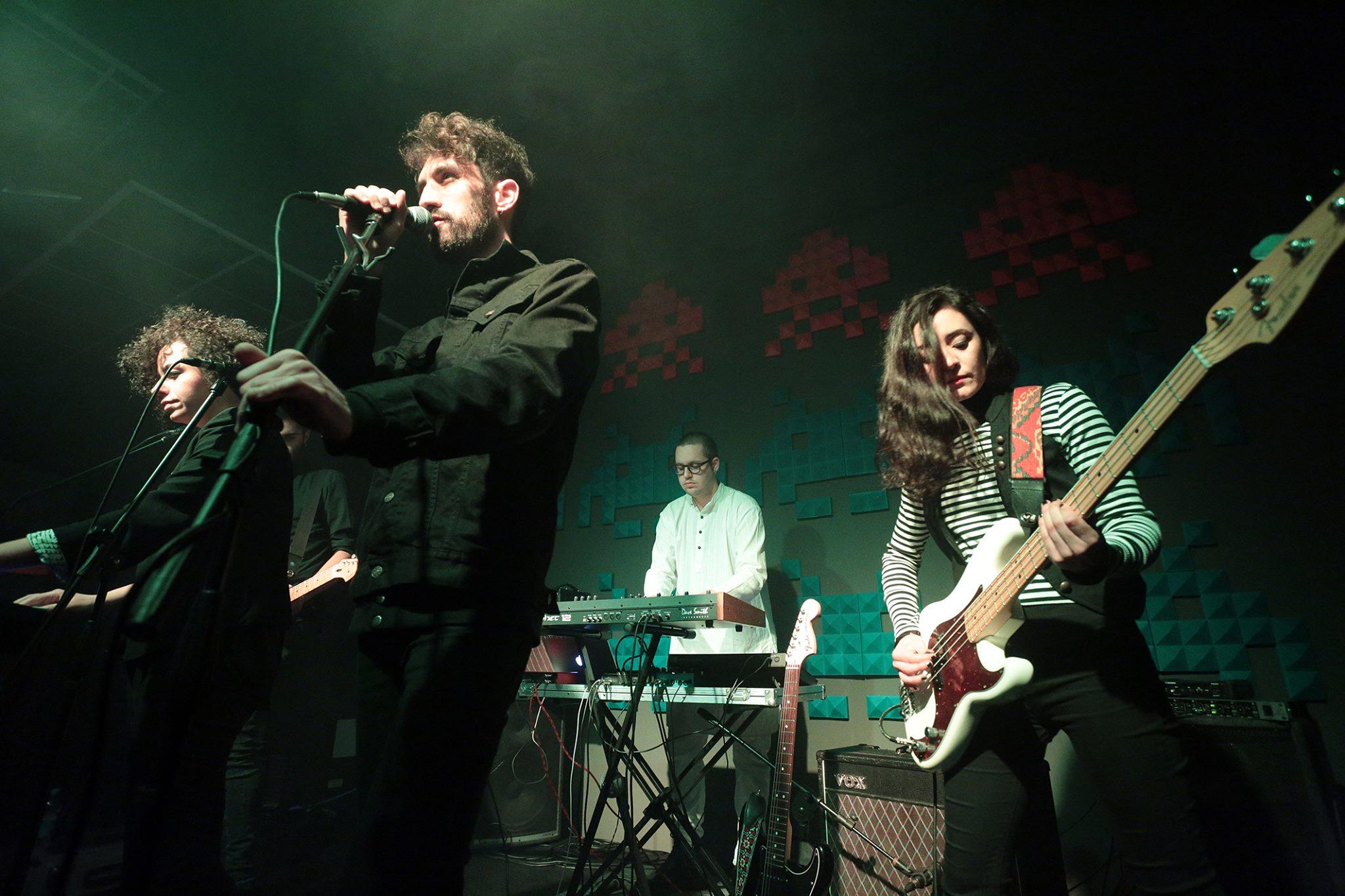 Lo Straniero durante un live