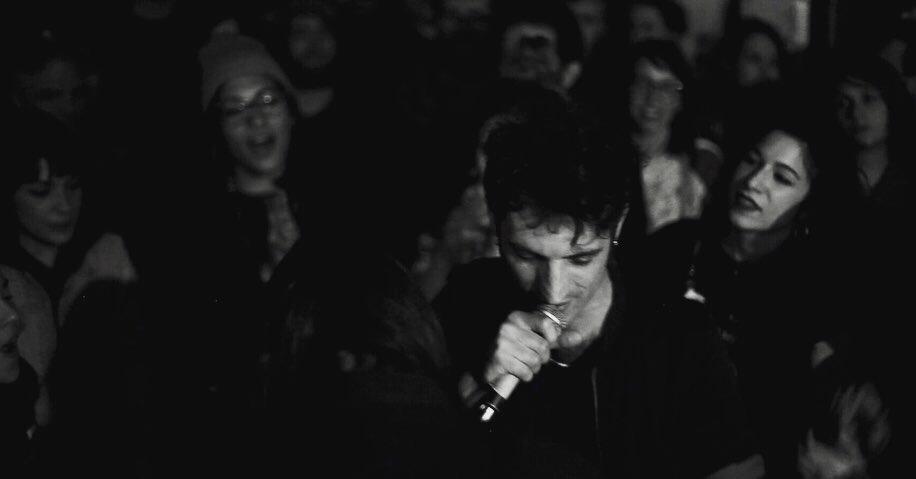 Lo Straniero durante un live al Csoa Zapata di Genova