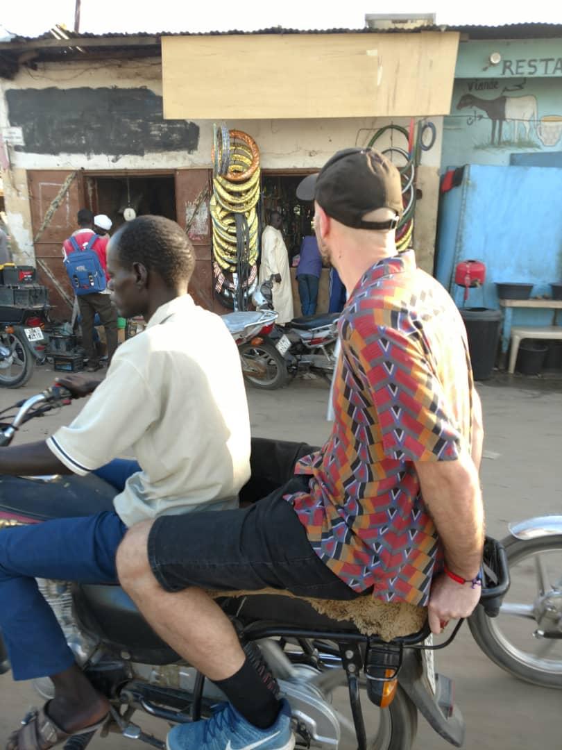 Go Dugong in motorino per le strade di N'Djamena
