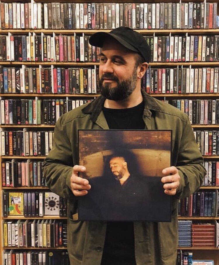 Miles tiene in mano il suo album - Foto dal sito ufficiale in ricordo di Miles www.milescooperseaton.com