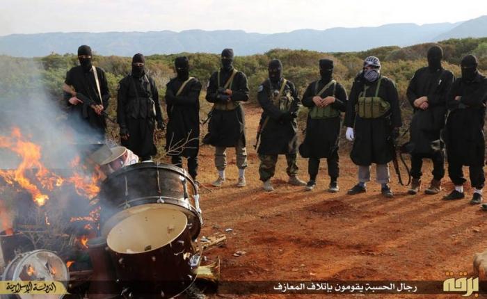 Miliziani libici dell'IS di fronte al rogo