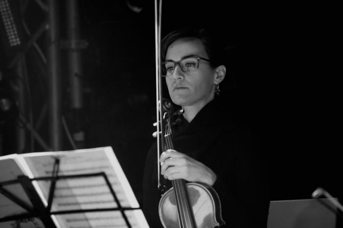 Una dei violinisti sul palco con i Be Forest