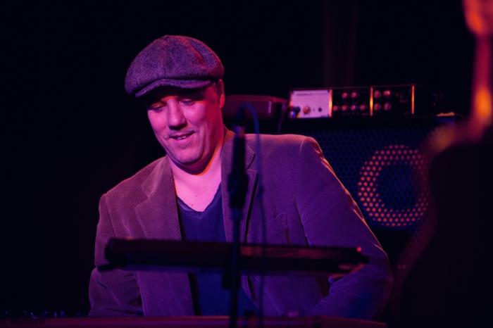 Un musicista sul palco con Bobo Rondelli