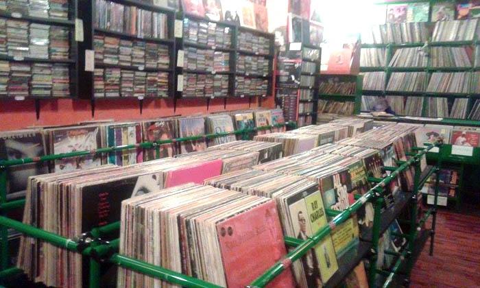Il giro d 39 italia in 20 negozi di dischi bari jagger music for Negozi di arredamento bari