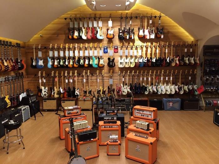 Il giro d 39 italia in 12 negozi di strumenti musicali for Chitarre magazine
