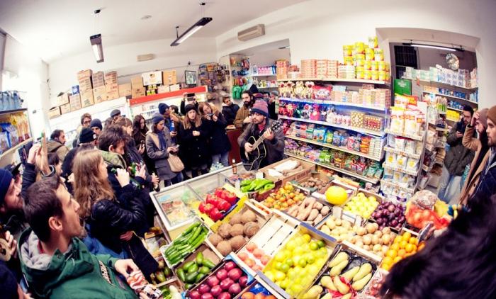 Il live di Calcutta in un piccolo alimentari etnico di Lambrate, Milano