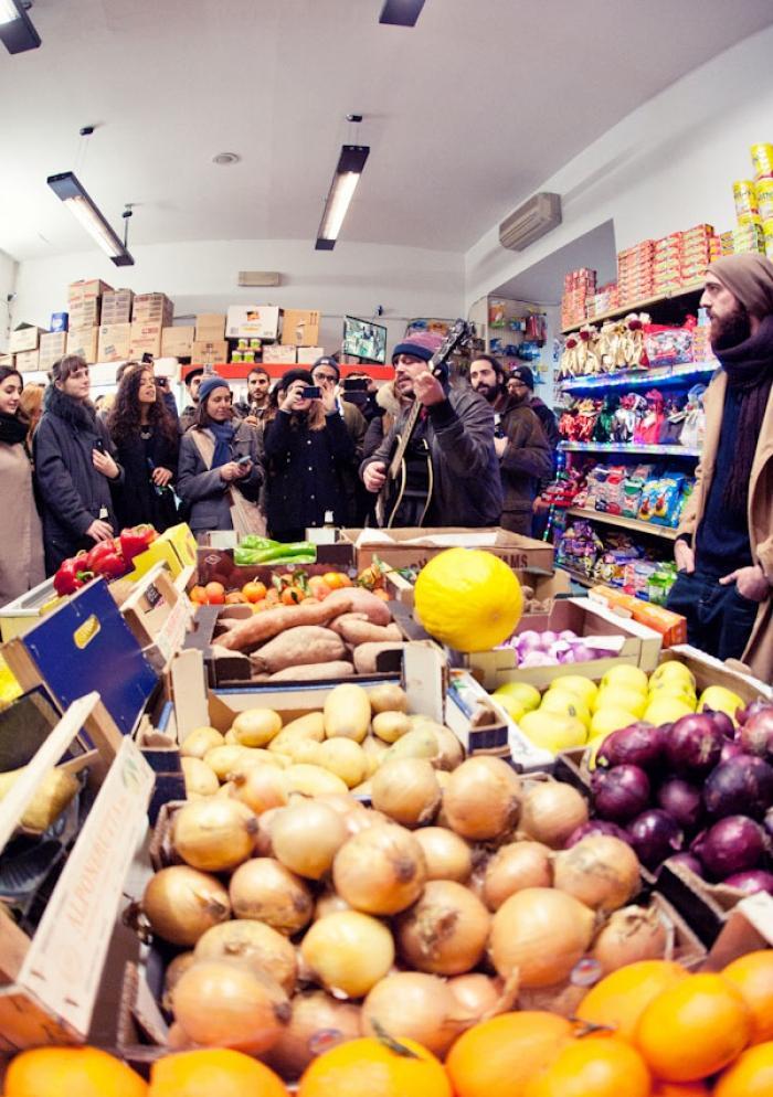Le foto dell 39 instore di calcutta in un alimentari etnico a for Negozi arredamento etnico milano