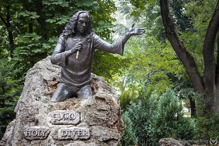 La statua dedicata a Ronnie James Dio