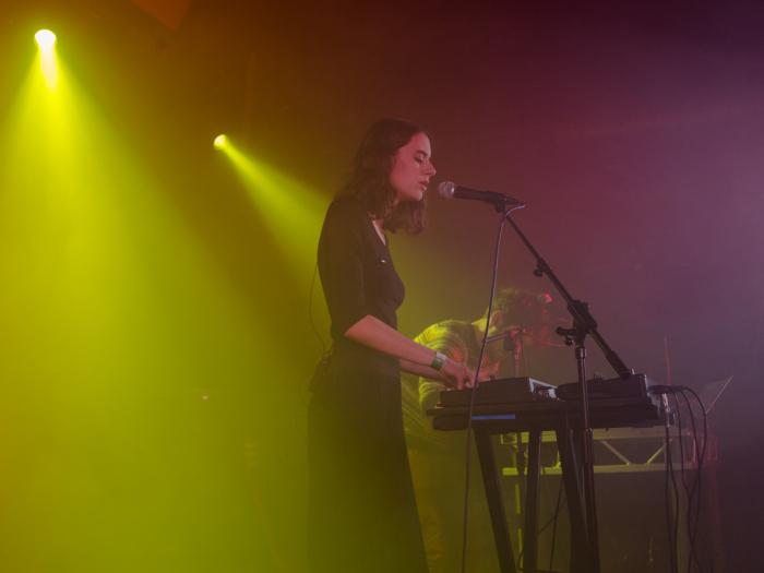 Birthh sul palco dell'Hoxton Square Bar & Kitchen