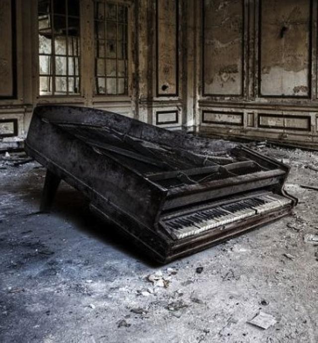 abandoned-piano-lee-plaza-detroit.jpg