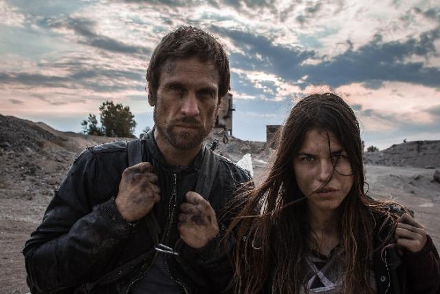 Kurt (Simon Merrells) e Eva (Ana Ularu)