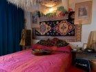 La camera da letto con una delle chitarre di Hendrix