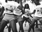 Un gruppo di ragazze che ballano in strada a New Orleans