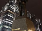 Un monumento in onore dell'inventore del Kalashnikov davanti alla sede di Pinguino in uno dei quartieri universitari di Gotham city.