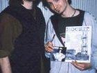 Ale (voce) e Ivan (basso) dei Movida, MilanoSuona 98, insieme alla fanza ivan mostra il secondo cd dei movida.